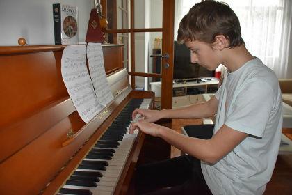 Mathieu jouant une valse de Chopin lors de l'audition à son domicile